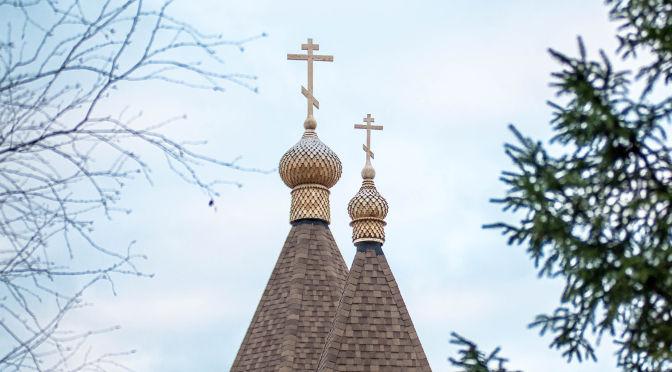 На Никольский храм города Резекне подняты купола и кресты