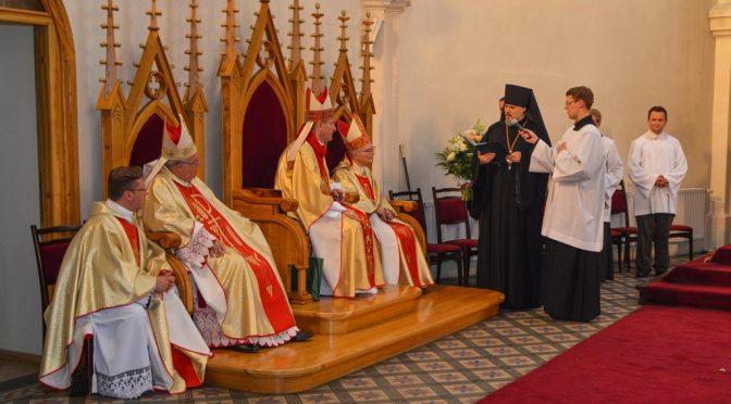 Епископ Александр поздравил епископа Римо-католической Церкви Яниса Булиса с 25-летием служения