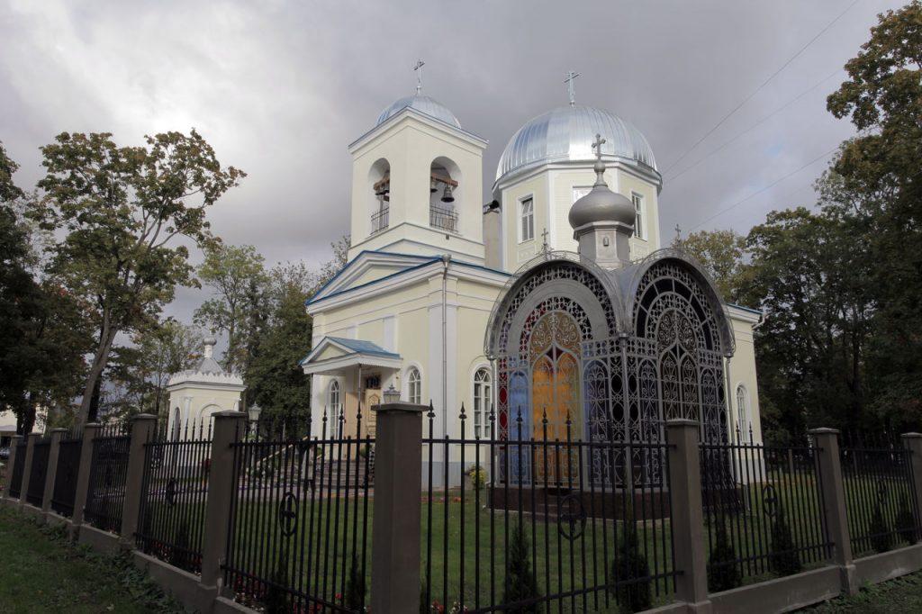Отреставрированная усыпальница на фоне обновлённого собора.