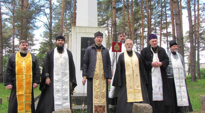 В Троицкую субботу священники Даугавпилса соборно молились на православном кладбище