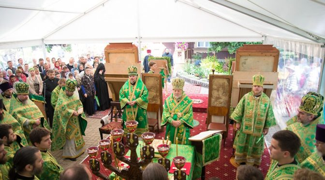 Латвийские архиереи совершили Литургию в Рижском Свято-Троице-Сергиевом монастыре