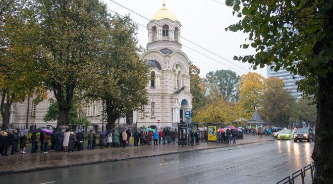 Верующие стоят в очереди на поклонение чудотворной Курской-Коренной иконе Пресвятой Богородицы «Знамение»