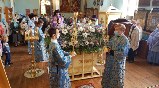 Божественную литургию  архиерейским священнослужением в Свято-Успенском храме города Даугавпилса